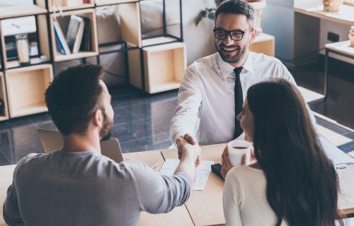 Homem sorrindo enquanto fecha seu contrato de Home Equity
